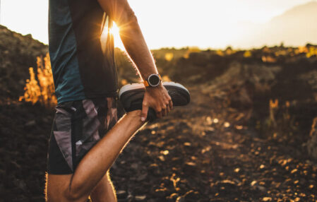 corredor con reloj deportivo