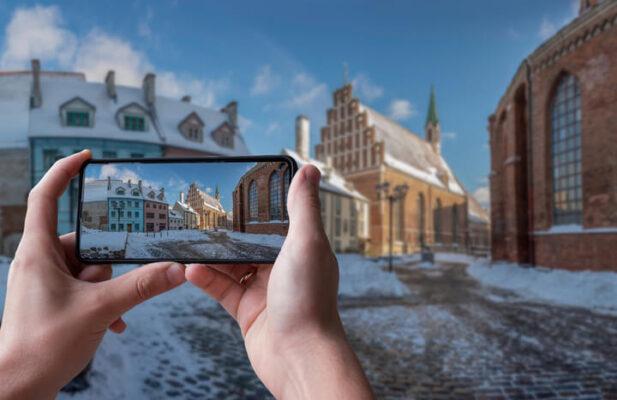 persona fotografiando edificios