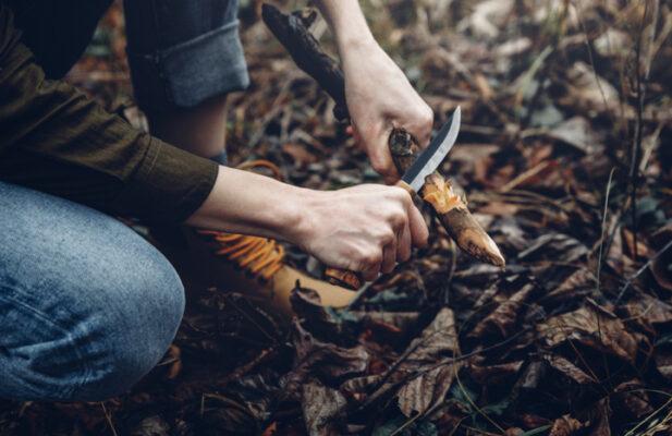 mujer cortando un tronco