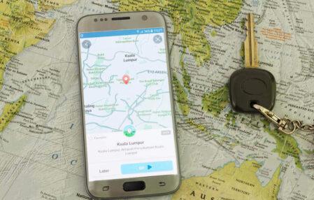 celular y llave de auto