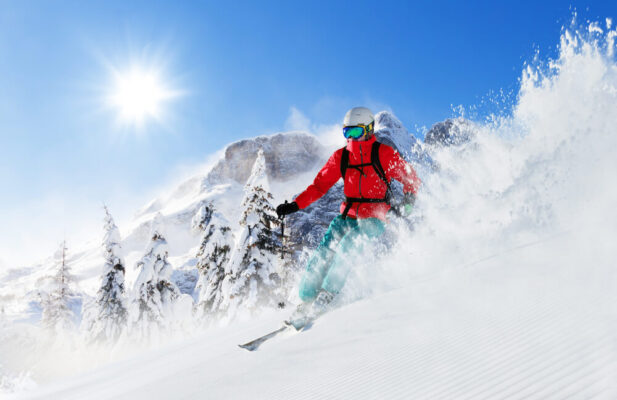hombre esquiando en la nieve