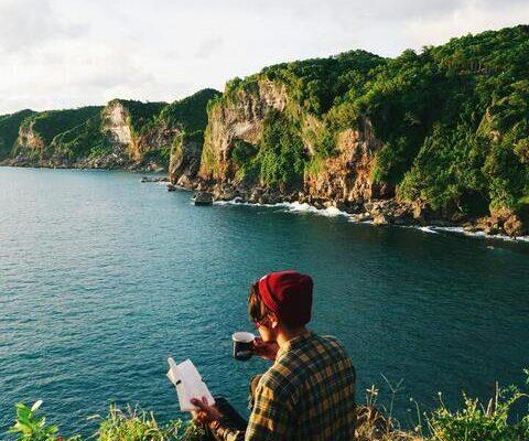 hombre leyendo campo