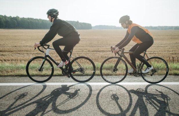 hombres bicicleta carretera