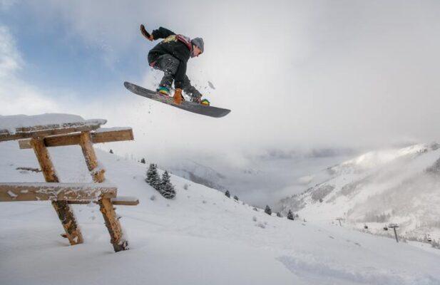 hombre practicando snowboard